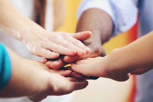 Ręce dzieci różnych narodowości
