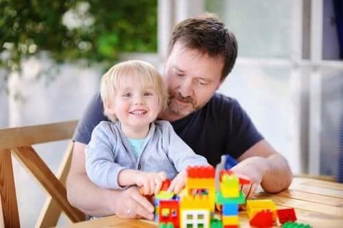 szczęśliwe dziecko i ojciec układają klocki