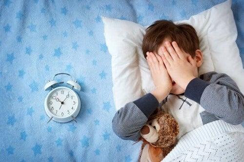 Dziecko boi się spać poza domem - co możesz zrobić?
