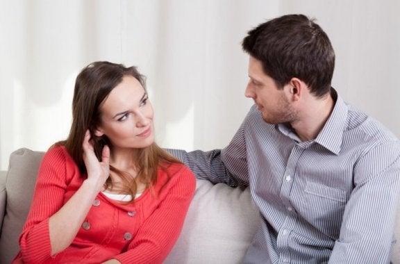 Para rozmawiająca na kanapie - lęk przed małżeństwem
