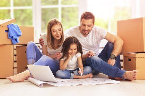 Rodzice uczący czytać córkę - skuteczna nauka
