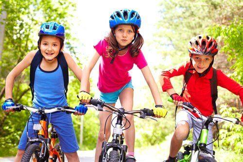 Trójka dzieci na rowerach