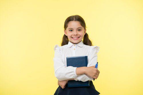 Dziewczynka w mundurku szkolnym