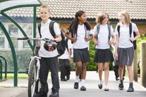 Mundurki szkolne: poznaj ich najważniejsze zalety i wady