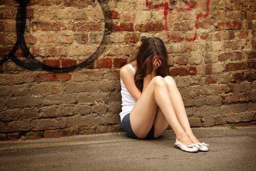 Nastolatka płacze na podłodze