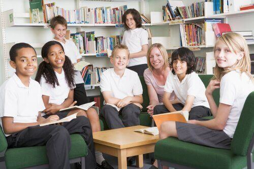 Nauczyciel i uczniowie noszący mundurki szkolne