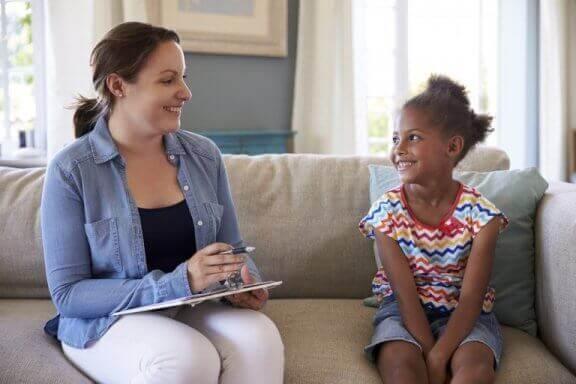 Psycholog siedząca na kanapie z dziewczynką