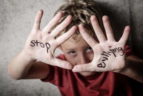 Chłopiec z napisem na dłoniach - jak zapobiegać prześladowaniu