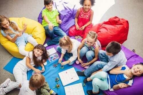 Dzieci grające w gry kooperacyjne