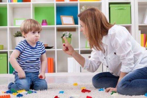 Nauczyciel karci dziecko