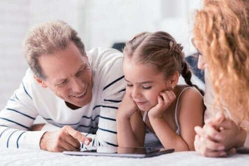 Rodzice uczący córkę - wspólne podejście do wychowania dziecka