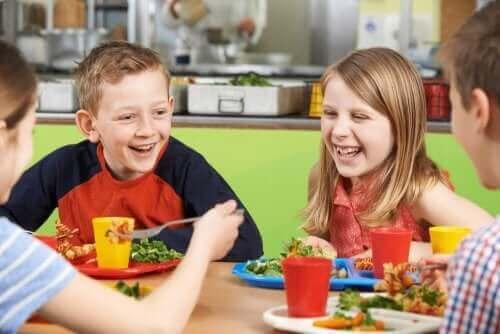 Uśmiechnięte dzieci w szkolnej stołówce