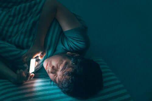 Zabawa telefonem przed snem