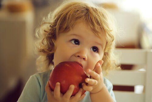 Dziecko z jabłkiem