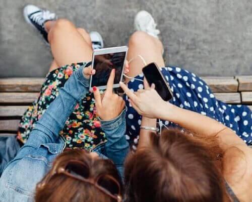 Nastolatki z telefonami
