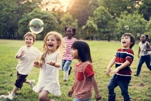 Bawiące się dzieci - podstawowe potrzeby dziecka