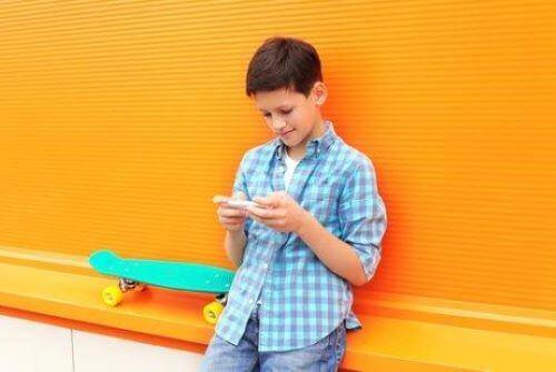 Dziecko piszące smsy