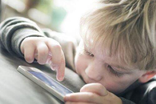 Dziecko używające komórki - aplikacje poprawiające zasób słownictwa