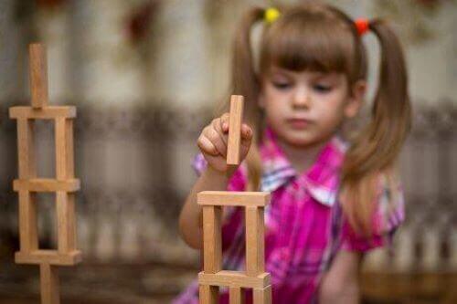 Dziewczynka bawiąca się klockami - klocki w klasie