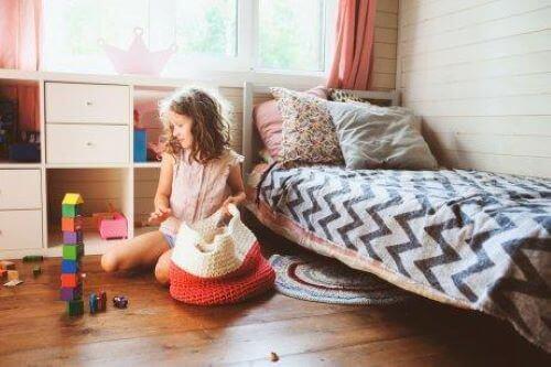 Dziewczynka sprząta zabawki