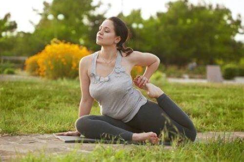 Kobieta uprawiająca jogę na zewnątrz
