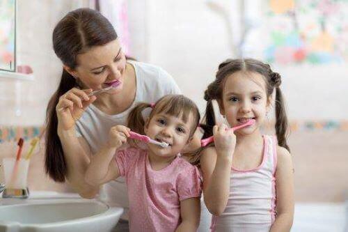 Mama i dwie córki myją zęby