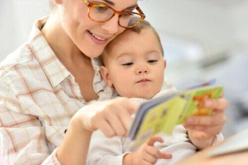 Mama czytająca dziecku