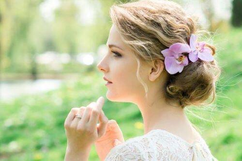 Ślubne ozdoby do włosów: romantyczny kwiatowy styl