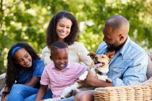 Uśmiechnięta rodzina z psem