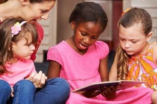 Czytające dzieci - dziecko zaczyna czytać