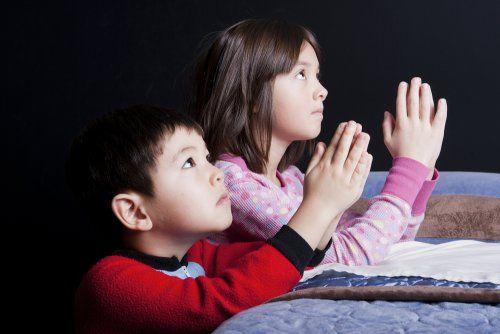 Dzieci się modlą