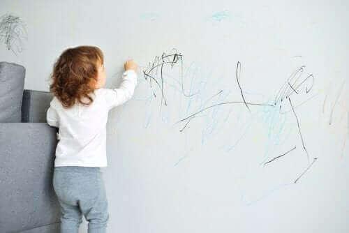 Dziecko piszące po ścianie - hiperkorekcja jako metoda wychowawcza