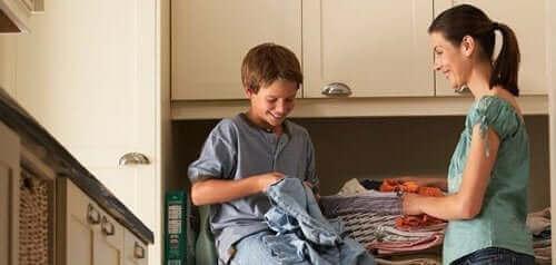 Dziecko pomagające mamie z praniem