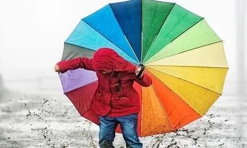 Dziecko z kolorową parasolką - jak nauczyć dziecko rozpoznawać kolory