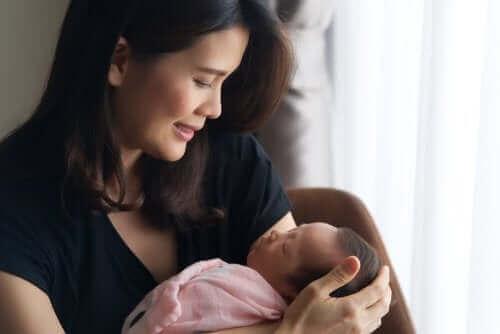 Kobieta podziwiająca noworodka