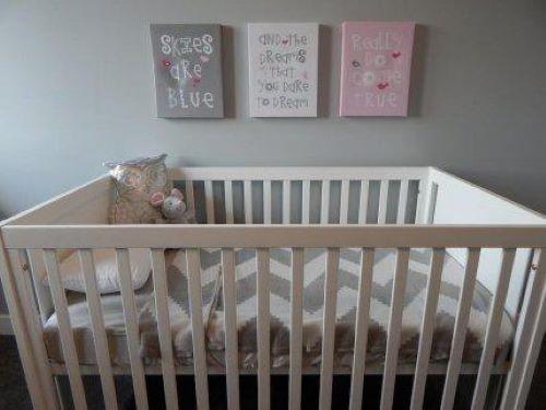 Łóżeczko i obrazki dla dziecka