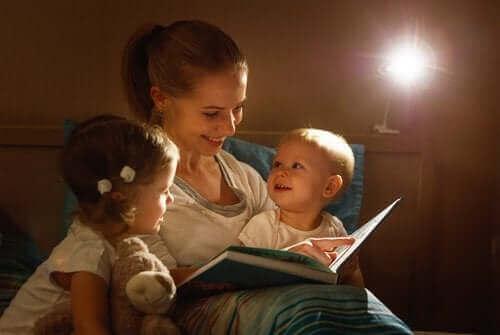 Mama czytająca dzieciom - kiedy zacząć czytać dziecku?