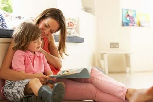 Mama czytająca z dzieckiem