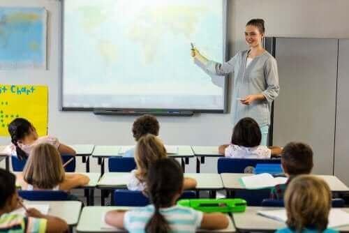 Nauczycielka przy mapie