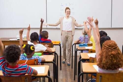 Nauczycielka w klasie - jak sprawdzać zrozumienie w klasie?