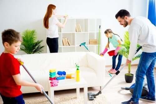 Rodzina sprzątająca razem - jak zmotywować dziecko do pomocy
