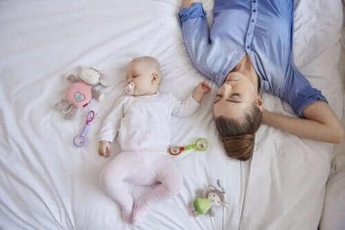 Zmęczona mama z noworodkiem - asertywność podczas połogu