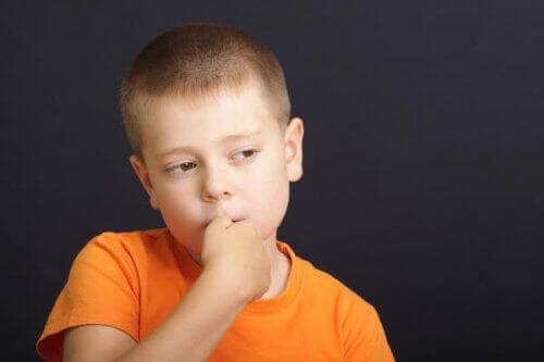 Chłopiec obgryzający paznokcie