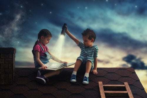 Dzieci czytające książki na dachu