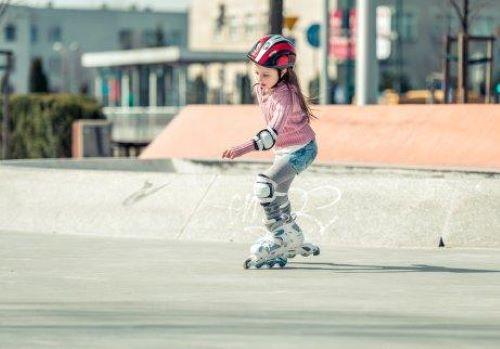 Dziewczynka jeździ na rolkach