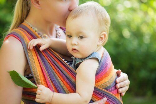 Mama całująca dziecko w główkę