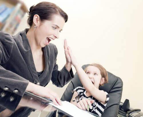 Mama i córka przybijające piątkę