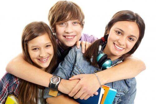 Przytulające się dzieci - inteligencja emocjonalna nastolatków
