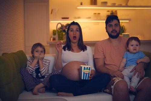 Rodzina oglądająca razem film - filmy dla dzieci z 2019 r.