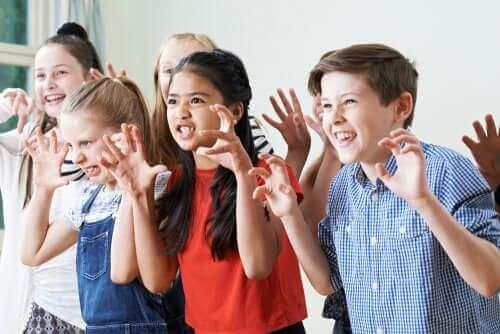 Dzieci naśladujące bestię
